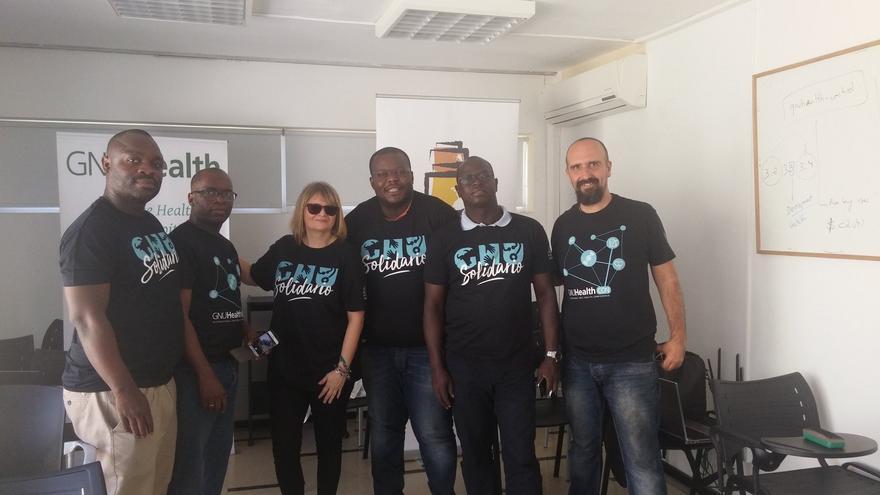 Luis Falcón (derecha), durante su estancia en Camerún para mostrar el proyecto GNU Health.