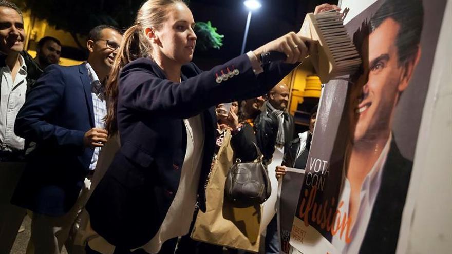 La candidata de Ciudadanos al Congreso de los Diputados por la provincia de Santa Cruz de Tenerife, Melisa Rodríguez, pega el primer cartel electoral