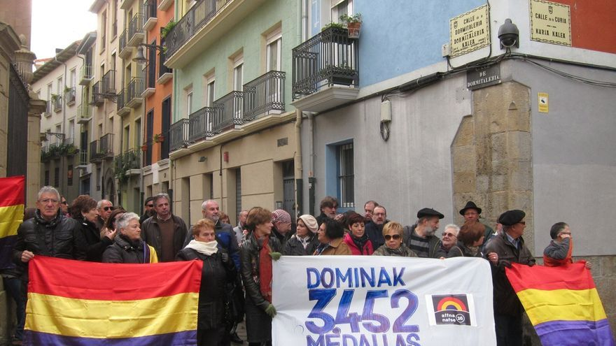 Familiares de fusilados y Autobús de la Memoria se concentran contra la concesión de la Medalla a Huarte y Urmeneta