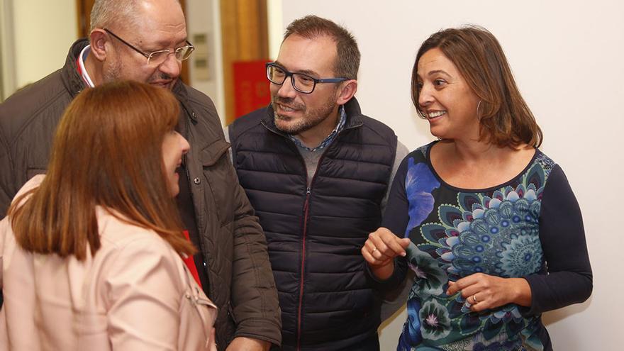 Ambrosio con sus concejales en la noche electoral   ÁLEX GALLEGOS
