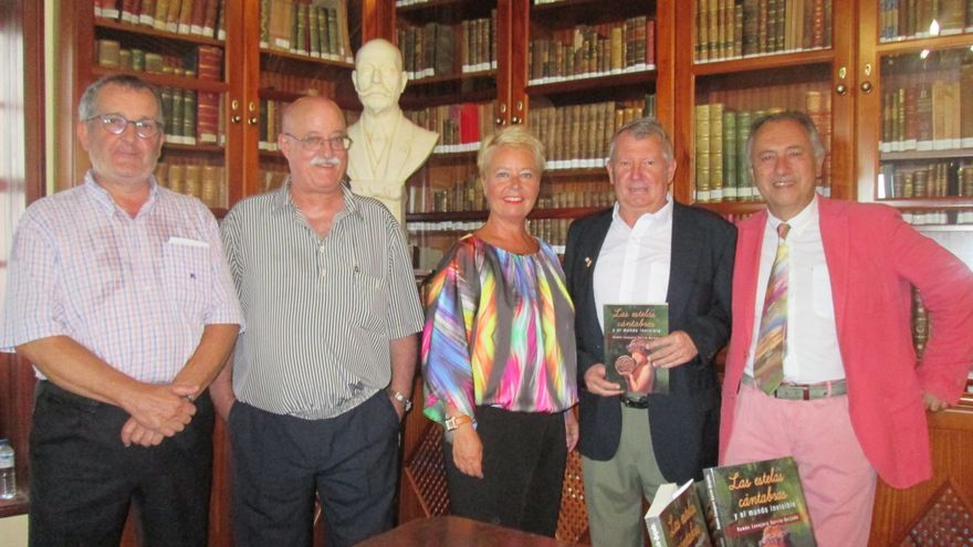 En la imagen, acto de presentación del libro de Ramón Conejero (2º por la derecha). Foto: LUZ RODRÍGUEZ