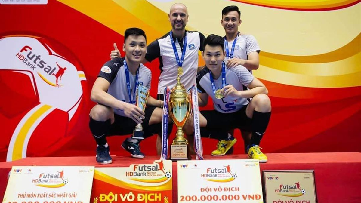Antonio García, en el centro, celebrando un título en Vietnam.
