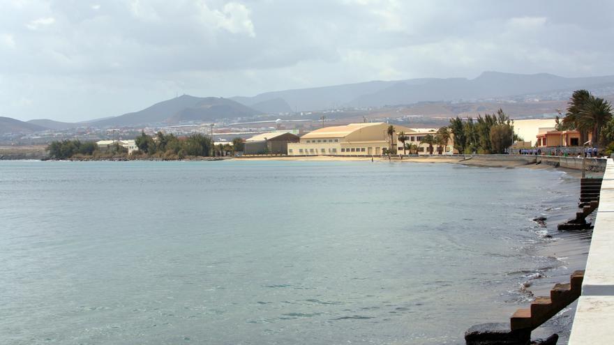 Playa de Gando con marea alta