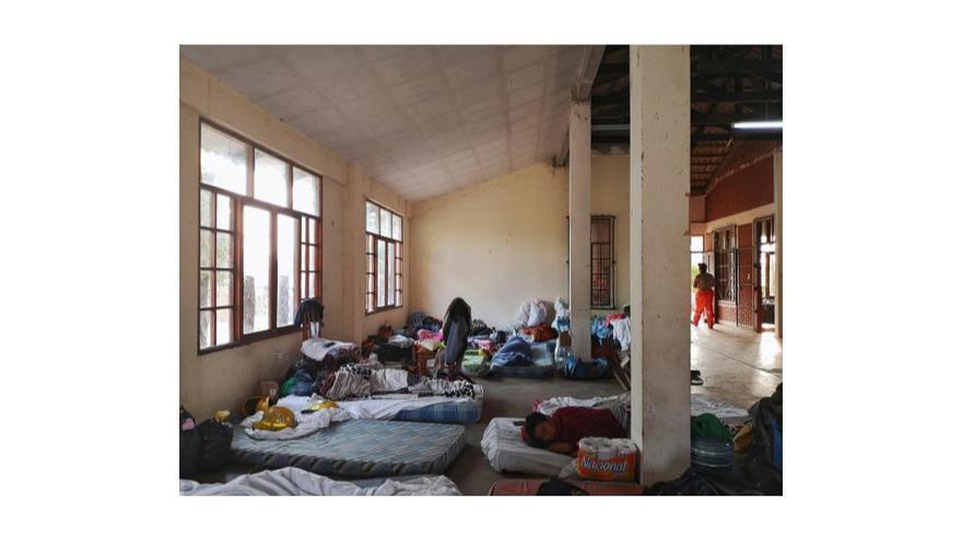 Los voluntarios en las Las Taperas descansan en colchones sobre el suelo en la casa comunal.