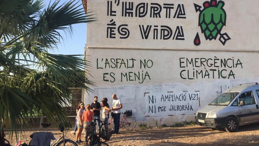 Un grupo de activistas protesta junto a la alqueria que va a ser desmantelado