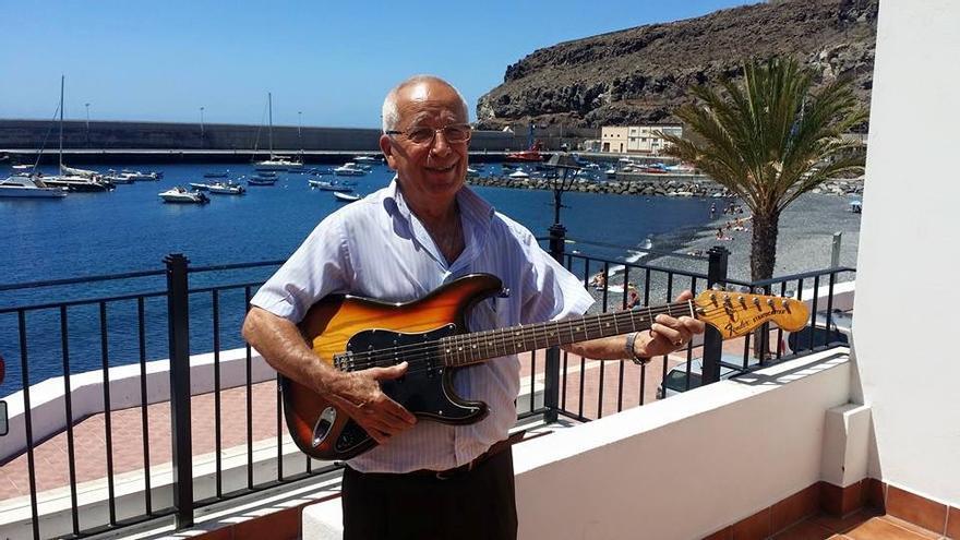 Sito Simancas, guitarra en mano   Foto: Facebook