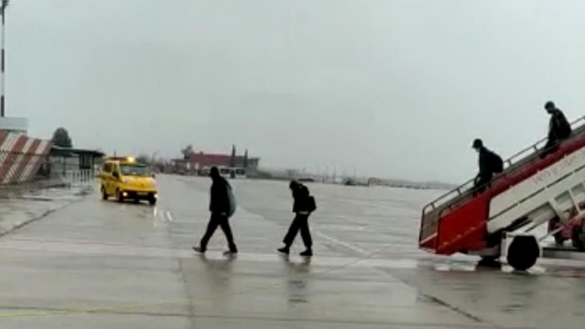 Personas desembarcando en el aeropuerto de Granada