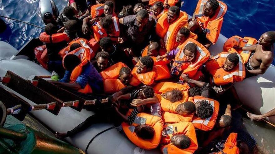 """Imagen de archivo: Miembros de la embarcación """"Bourbon Argos"""" de Médicos Sin Fronteras durante una operación de rescate, en el Mar Mediterráneo, el 26 de octubre de 2016."""