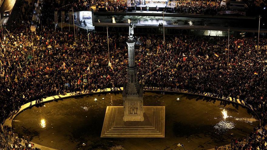 La plaza de Colón, llena de manifestantes / Olmo Calvo