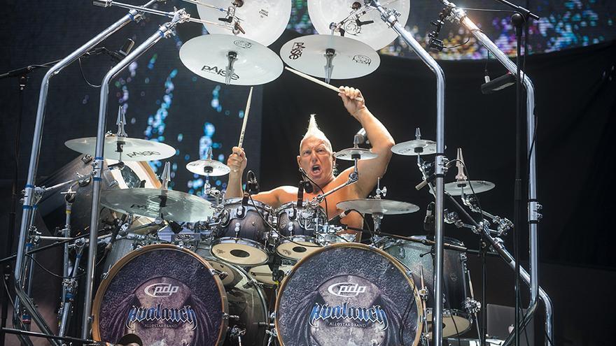 Mike Terrana, batería de Avalach, en plena actuación en Torrelavega.   JOAQUÍN GÓMEZ SASTRE