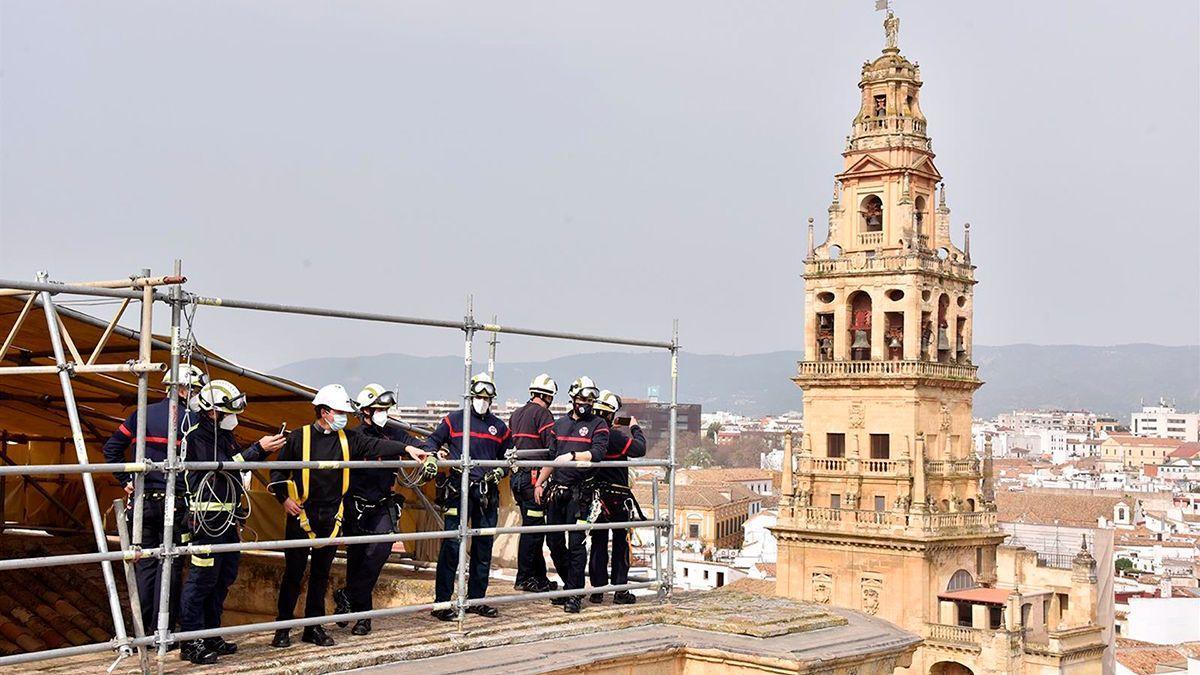 Los bomberos en la cubierta de la Mezquita-Catedral.