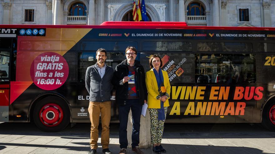 La directora de la Fundación Trinidad Alfonso, Elena Tejedor, con el edil de Movilidad, Giuseppe Grezzi (centro), y el gerente de EMT, Josep Enric García