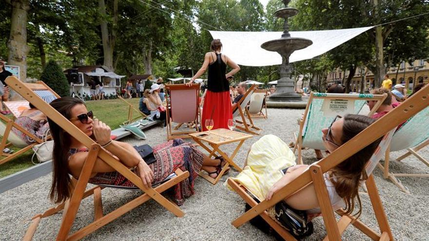 """El parque Zrinjevac, en el corazón de Zagreb, se convierte en una """"playa"""""""