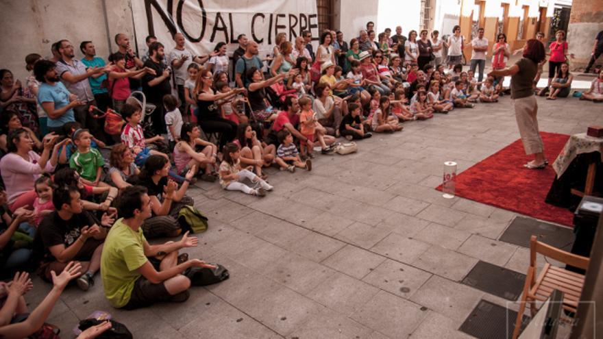 Actuación en el exterior del Teatro Moderno / Foto: amigosdelmoderno.org