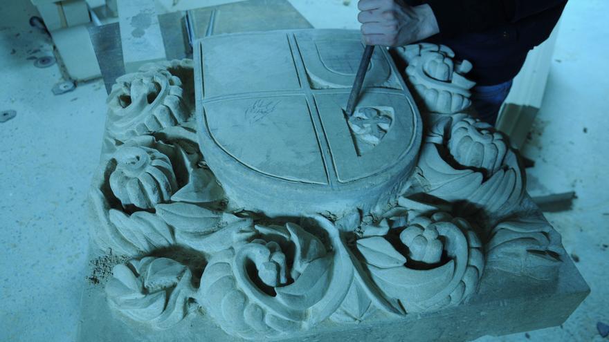 Un cantero cántabro trabajando la piedra.   ALESANDER GARCÍA