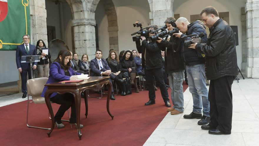 La vicepresidenta y consejera de Sanidad, María José Sáenz de Buruaga, durante la firma del Pacto por la Sanidad.
