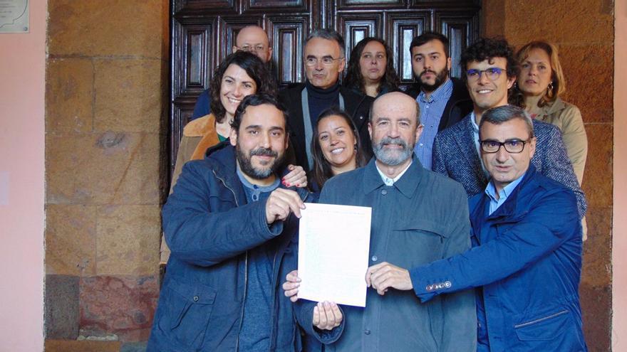 Rubens Asacanio, de Unidos Se Puede; Santiago Pérez, de XTF-NC, y Javier Abreu, en una protesta contra el alcalde José Alberto Díaz