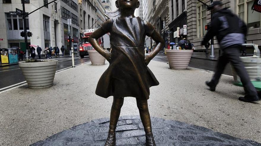 Piden con firmas mantener la escultura de la niña que desafía al toro de Wall Street