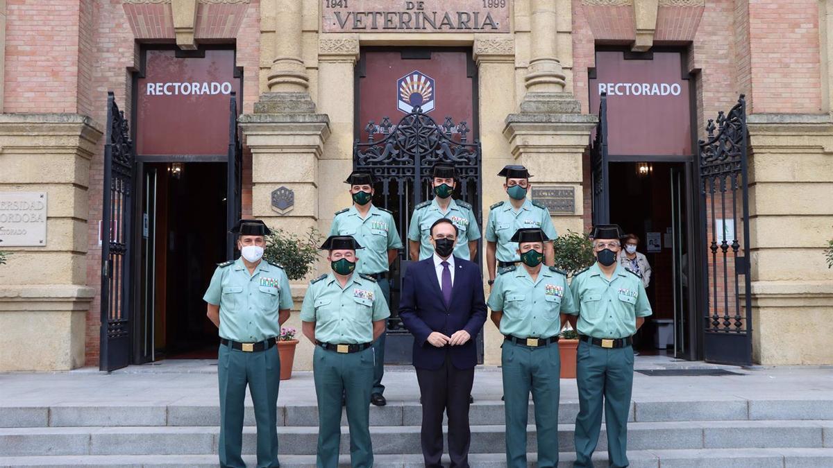 El rector de la UCO (centro), entre distintos responsables de la Guardia Civil que han asistido a la jornada celebrada en el Rectorado