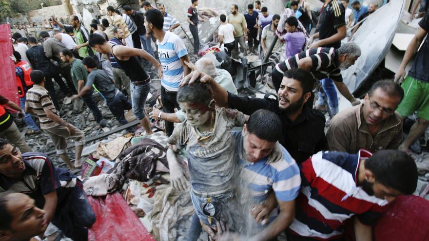 Varios palestinos evacuan a un superviviente del bombardeo de Israel contra una casa en Ráfah / Eyed Baba \ AP Photo