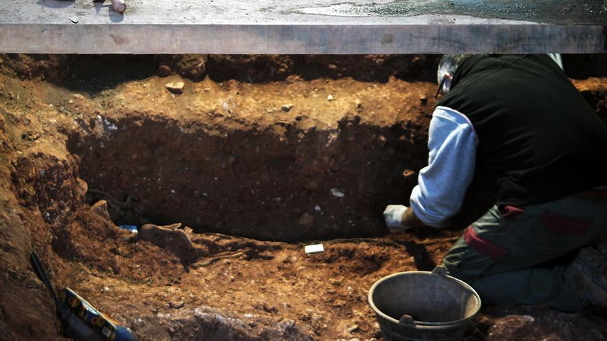 Trabajos arqueológicos en las fosas de Nerva (Huelva). | JUAN MIGUEL BAQUERO