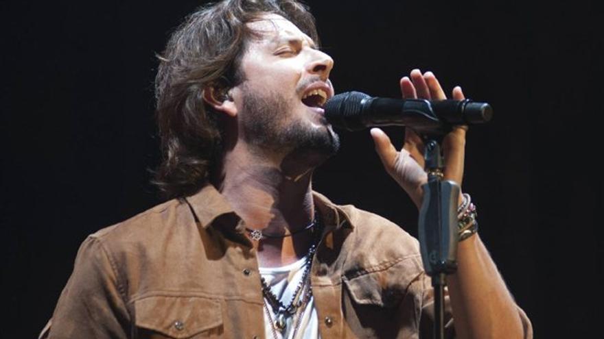 Manuel Carrasco canta por el oro de Carolina Marín, que se lo agradece
