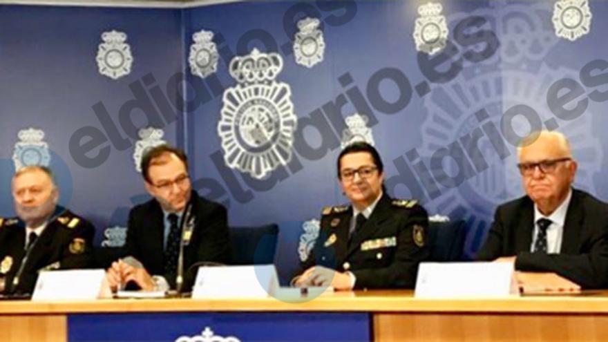 Juan Cotino, el primero por la derecha, en la presentación del libro 'Ética policial y ciudadanía'