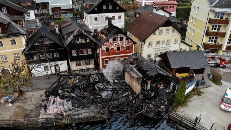 Un fuego destruye dos edificios del histórico pueblo alpino de Hallstatt
