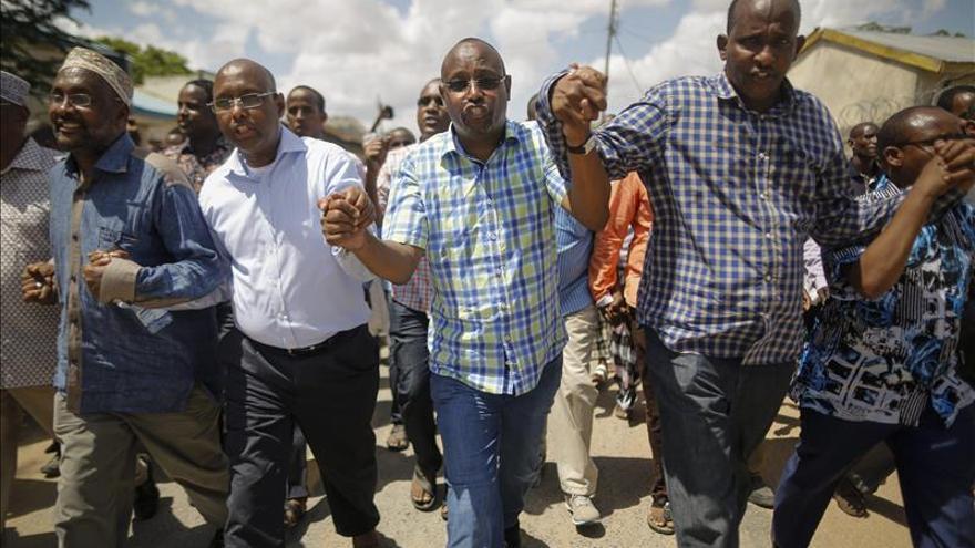 Varias personas de creencia musulmana cantan consignas en contra del grupo yihadista somalí Al Shabab tras su ataque a la Universidad de Garissa al este de Kenia. \ Efe