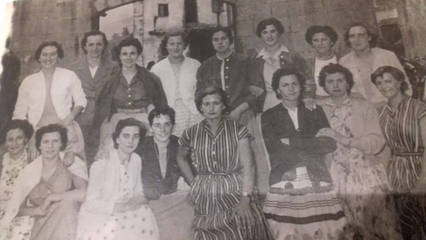 Josefa Ibarbia, la segunda desde la derecha de la fila de arriba, junto con otras trabajadoras de la papelera en aquella época