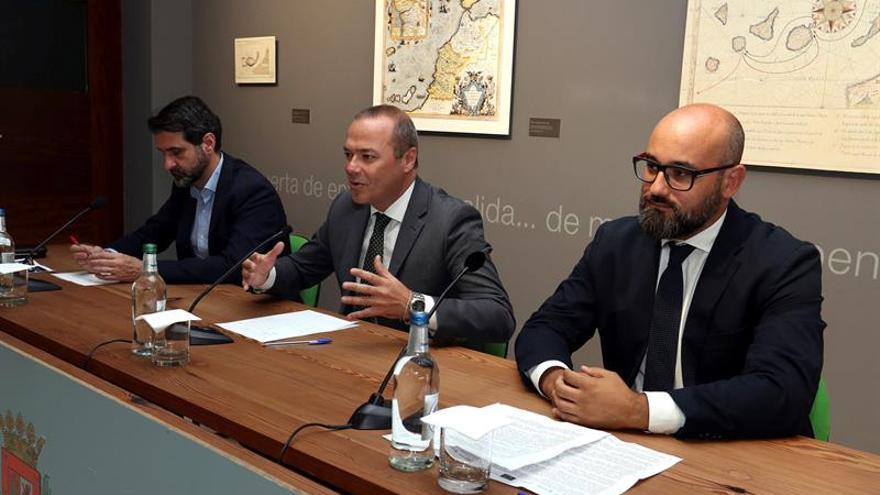 El alcalde de Las Palmas de Gran Canaria, Augusto Hidalgo (c), el concejal de Nuevas Tecnologías, Aridany Romero (d) y el director de Red.Es, David Ciercos (i).