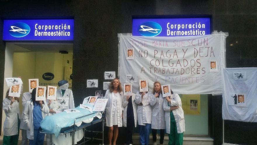 Trabajadoras de Corporación Dermostética muestran su descontento ante la sede de Barcelona