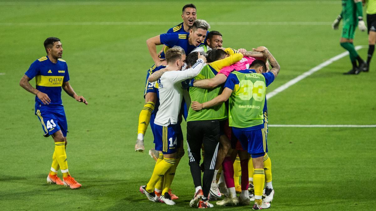 Todos los jugadores festejan con el arquero Rossi, otra vez decisivo en los penales.