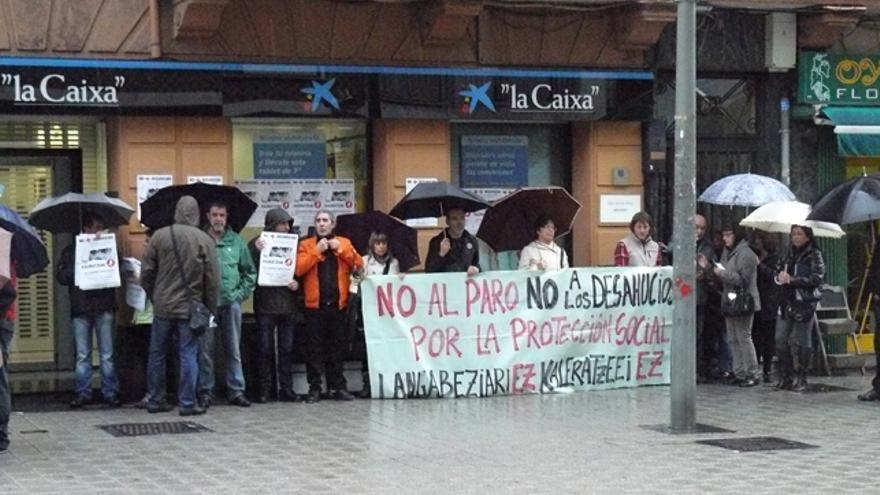 Colectivos sociales de Barakaldo se concentran en recuerdo de Amaia Egaña y contra los desahucios. /G. A.