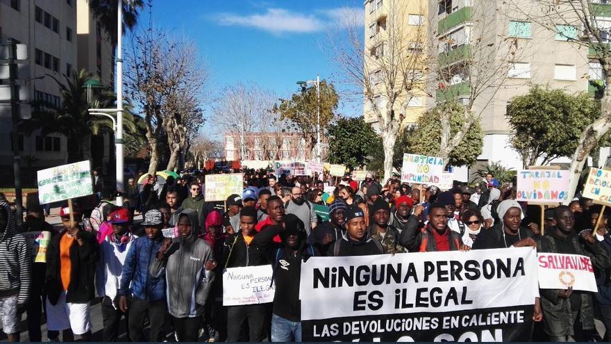 Manifestantes durante la V Marcha por la Dignidad que recorre este sábado las calles de Ceuta.