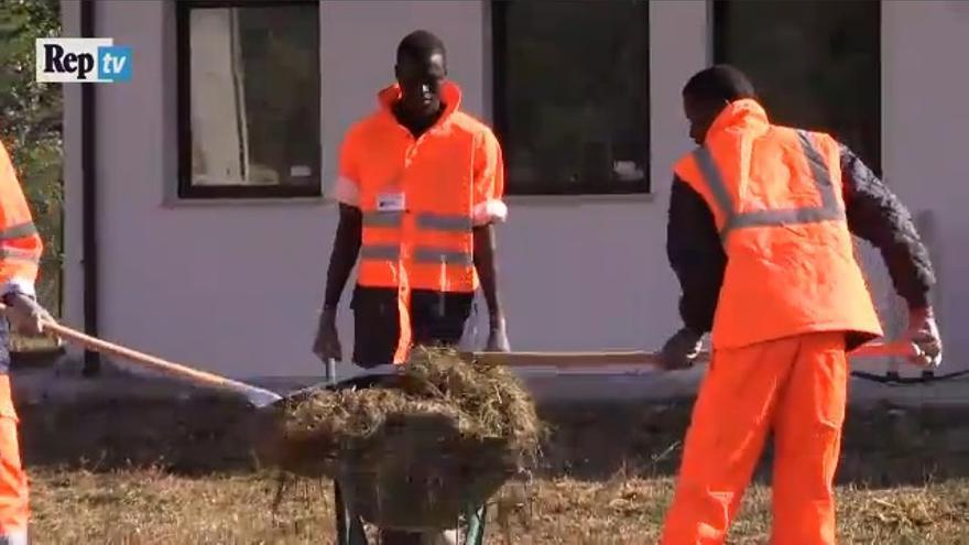 Captura del vídeo de La Repubblica en el que se muestra a los solicitantes de asilo trabajando como voluntarios tras el terremoto