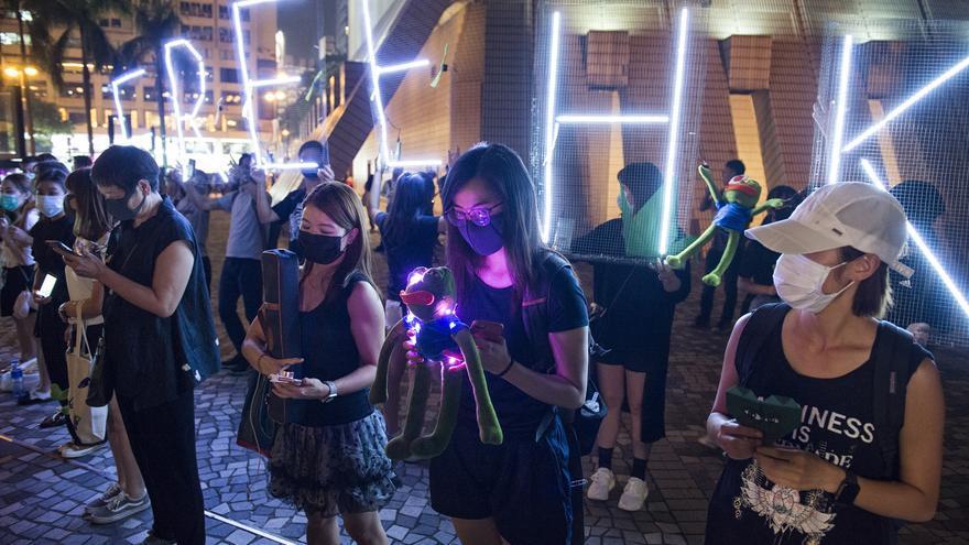 Varios manifestantes protestan en Hong Kong