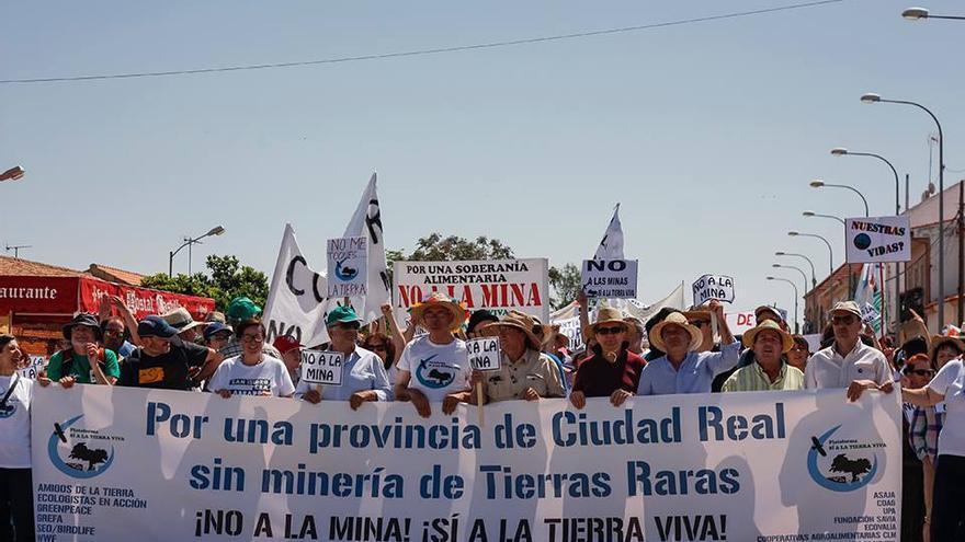 Manifestación contra la minería de tierras raras en mayo de 2016