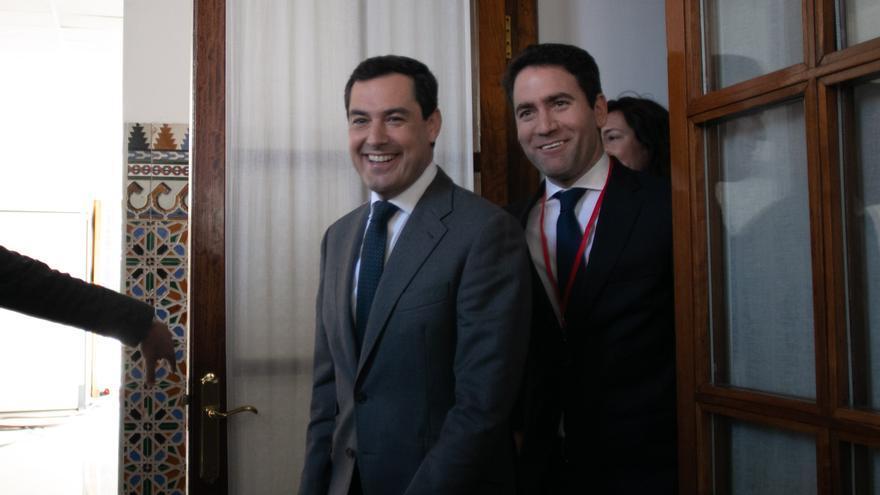 El 'número dos' del PP, Teodoro García Egea, y el candidato del PP andaluz, Juanma Moreno, momentos antes de la sesión constitutiva del Parlamento andaluz de la XI legislatura