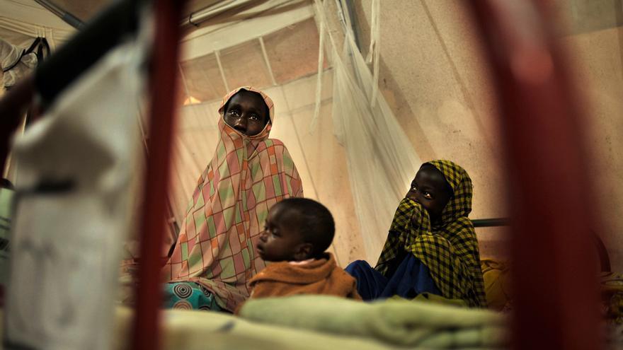 Varias mujeres con sus hijos en una de las tiendas del centro nutricional de MSF en Fori.