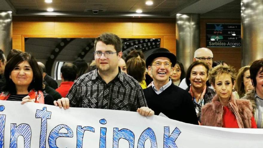 La agrupación de interinos celebrando su victoria en las elecciones sindicales celebradas este miércoles entre los funcionarios de la Administración general del Gobierno vasco