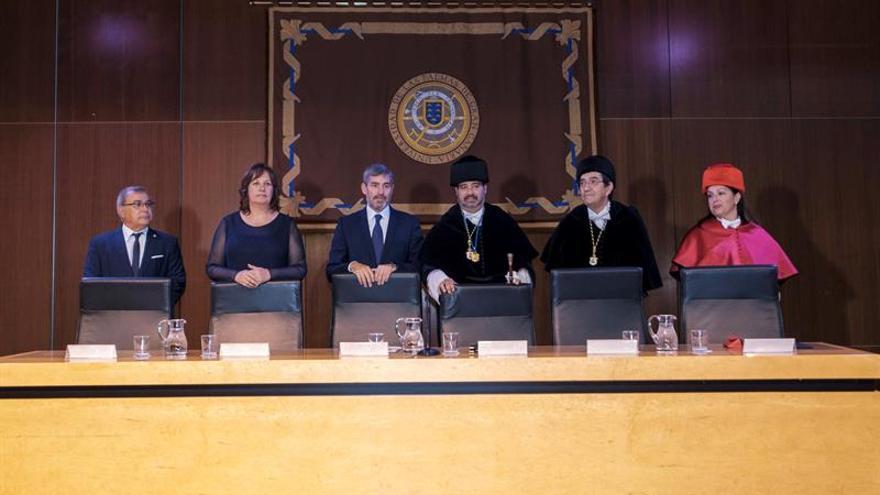 El presidente de Canarias, Fernando Clavijo (3i); la consejera de Educación, Soledad Monzón (2i); y el rector de la Universidad de Las Palmas de Gran Canaria (ULPGC), Rafael Robaina (3d). EFE/ Ángel Medina G.