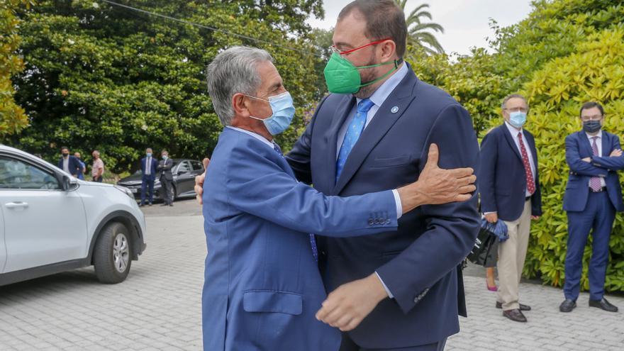 Los presidentes de Cantabria y Asturias, Miguel Ángel Revilla (izquierda) y Adrián Barbón (derecha)