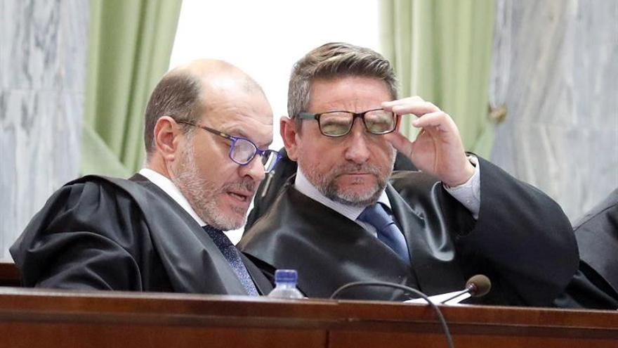El juez Salvador Alba (d) y uno de sus abogados este jueves durante la cuarta jornada del juicio que se sigue contra él en el Tribunal Superior de Justicia de Canarias. EFE/Elvira Urquijo A.