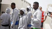 Localizan una balsa y una patera en el Estrecho con 19 inmigrantes a bordo
