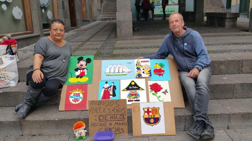 Marta y Armando con sus cuadros de hilo en La Pérgola. Foto: LUZ RODRÍGUEZ.