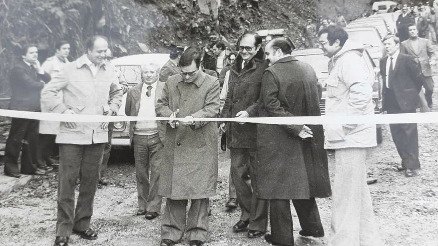 Inauguración de la carretera de Ancares (León) con el entonces ministro Rodolfo Martín Villa.