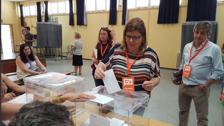 María Victoria Domínguez, ejerciendo su derecho al voto / C's Extremadura