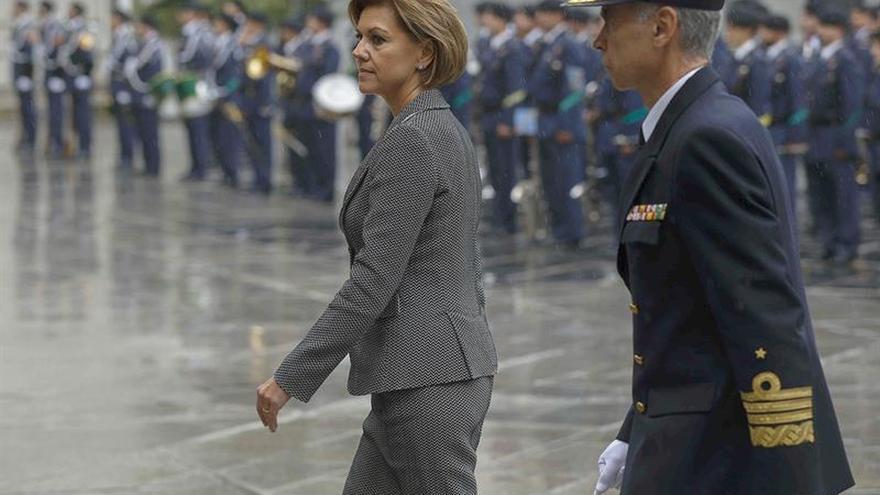 Cospedal se reúne por primera vez con cúpula militar y saluda tropas exterior