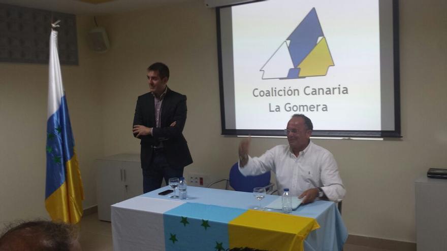 Fernando Clavijo y Víctor Chinea durante la visita del primero a La Gomera